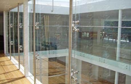 Fachada interior en cristal y sistema Spider